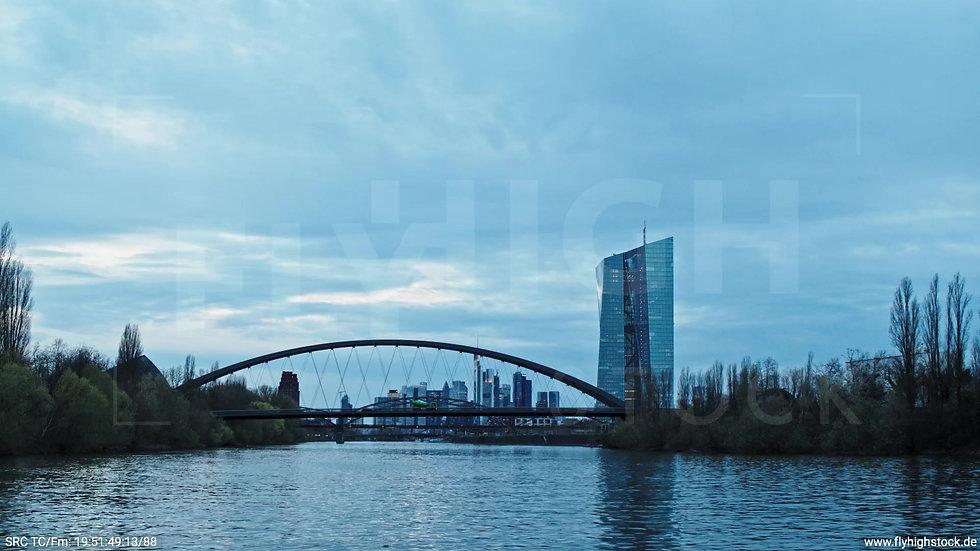Frankfurt Osthafenbrücke Zuflug nach oben Skyline abends 11