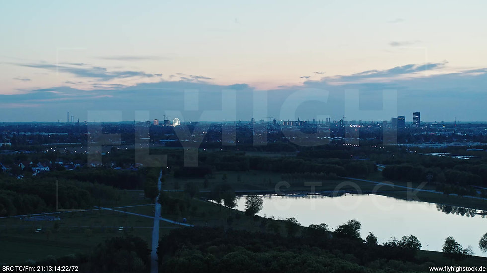 München Riemer Park Skyline Zuflug abends 8