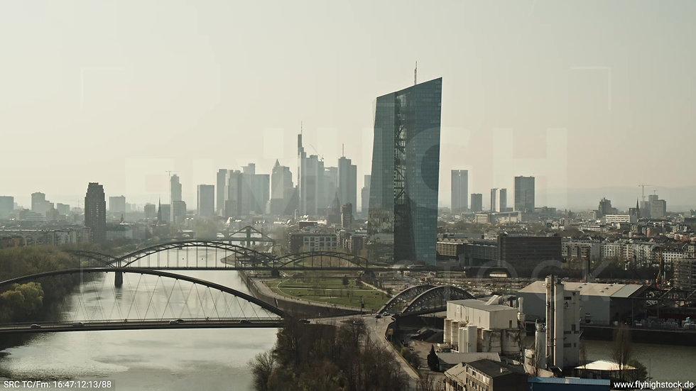 Frankfurt Osthafenbrücke Zuflug Skyline tagsüber 5