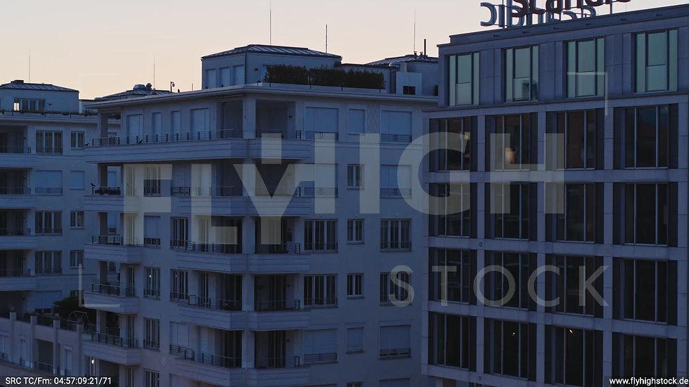 Berlin Potsdamer Platz Ost Skyline Parallelflug nach oben morgens D033_C015