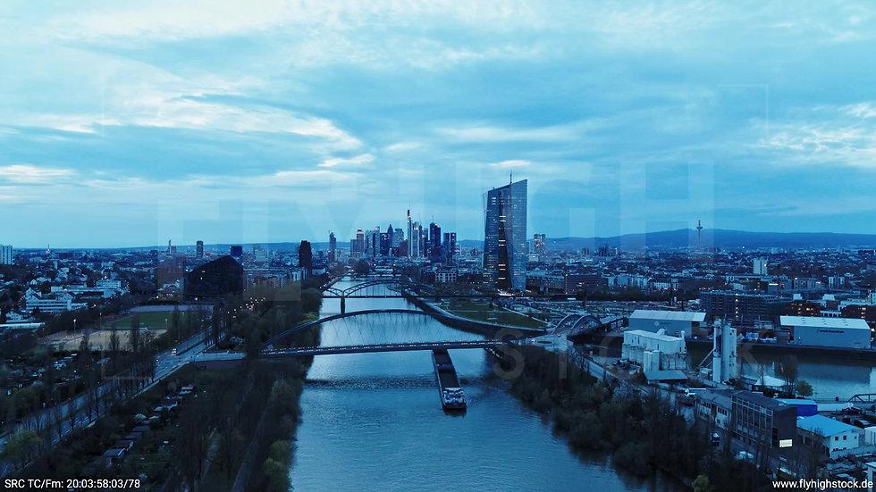 Frankfurt Osthafenbrücke Zuflug Skyline abends 23