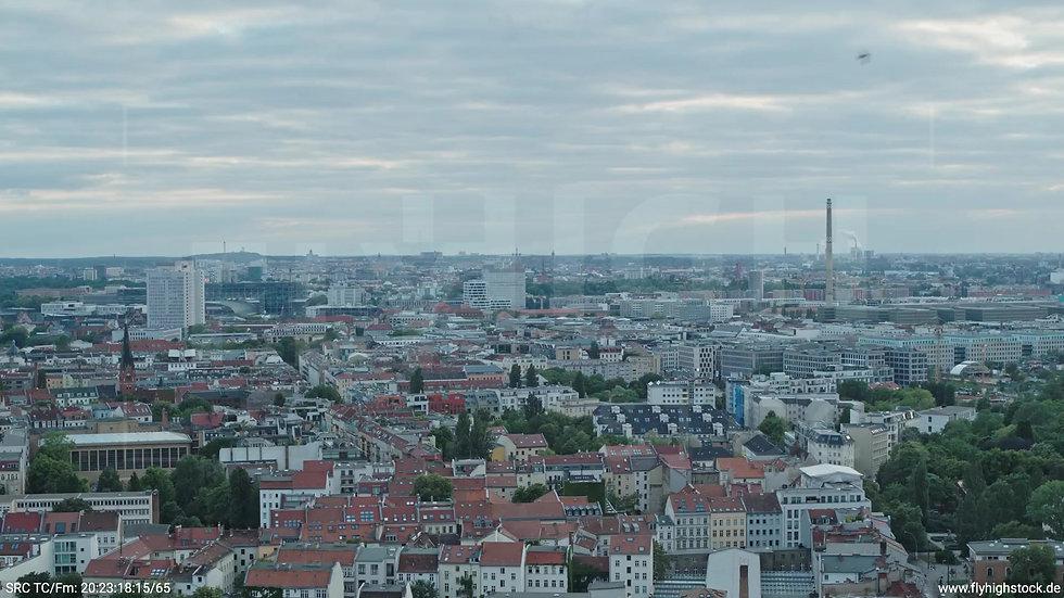 Berlin Volkspark am Weinberg West Skyline Zuflug abends