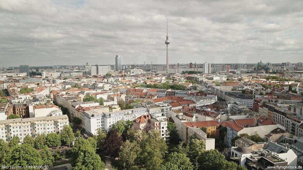 Berlin Volkspark am Weinberg Alexanderplatz Skyline Zuflug tagsüber 2