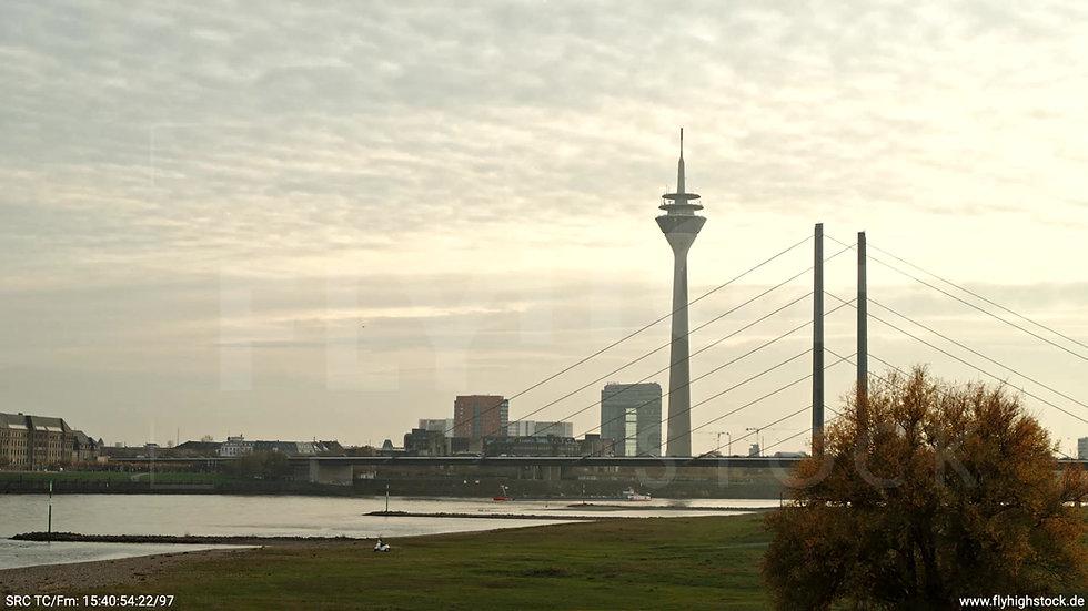 Düsseldorf Rheinkniebrücke Skyline tiefer Parallelflug abends F008_C013