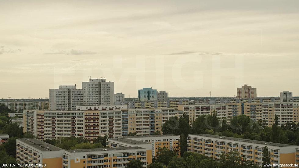 Berlin Marzahn Skyline Parallelflug nach oben tagsüber