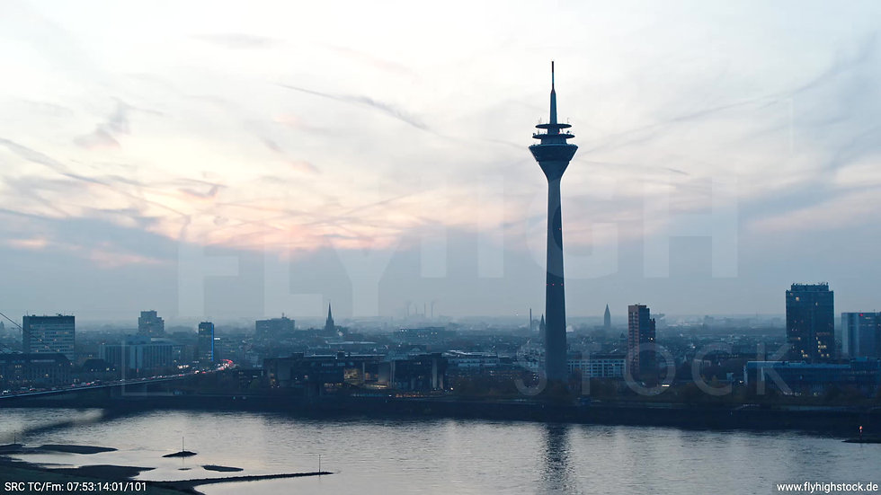 Düsseldorf Rheinturm Skyline Parallelflug morgens F004_C012