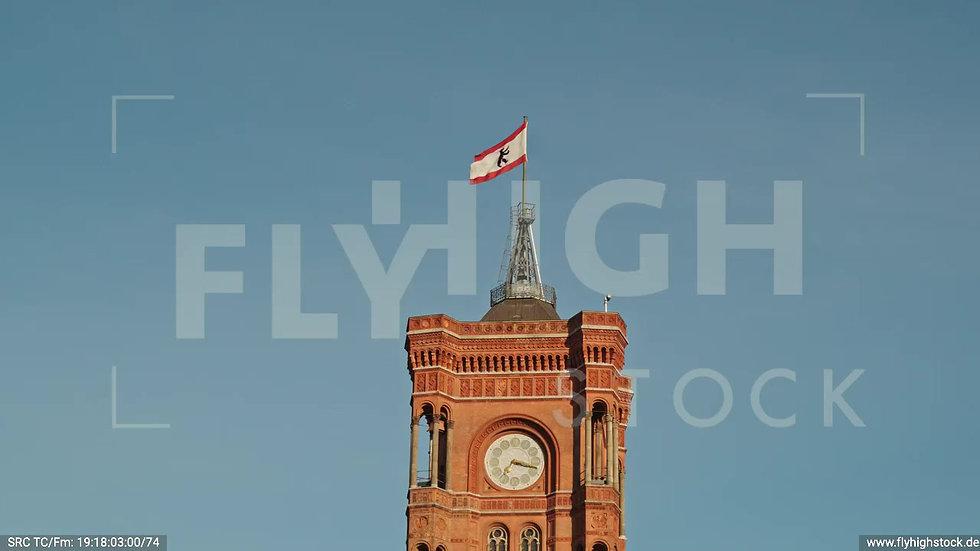 Berlin Neptunbrunnen Rotes Rathaus Parallelflug nach oben abends D042_C001