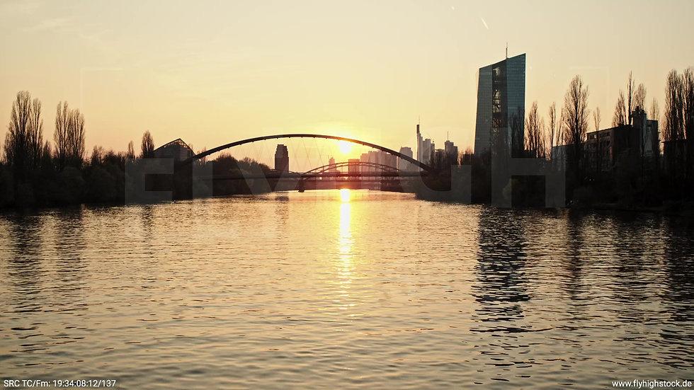 Frankfurt Osthafenbrücke Zuflug nach oben Skyline abends 3