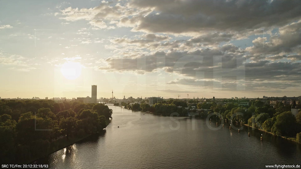 Berlin Treptower Park Skyline tiefer Zuflug abends