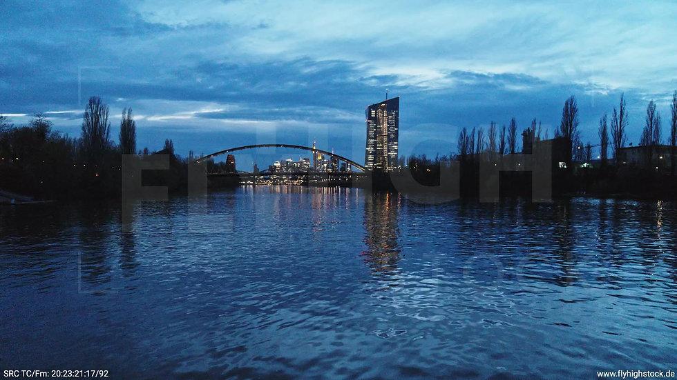 Frankfurt Osthafenbrücke Zuflug nach oben Skyline abends 14