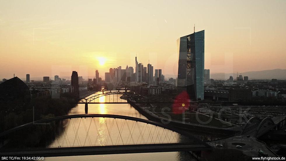 Frankfurt Osthafenbrücke Rückflug nach unten Skyline abends