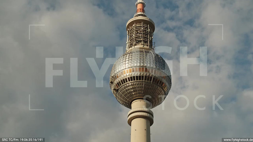 Berlin Neptunbrunnen Fernsehturm Zuflug nach oben abends D041_C020