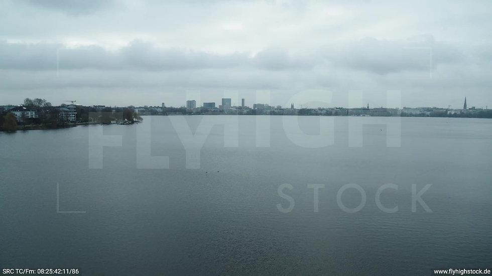 Hamburg Außenalster Überflug Skyline tagsüber bewölkt 2