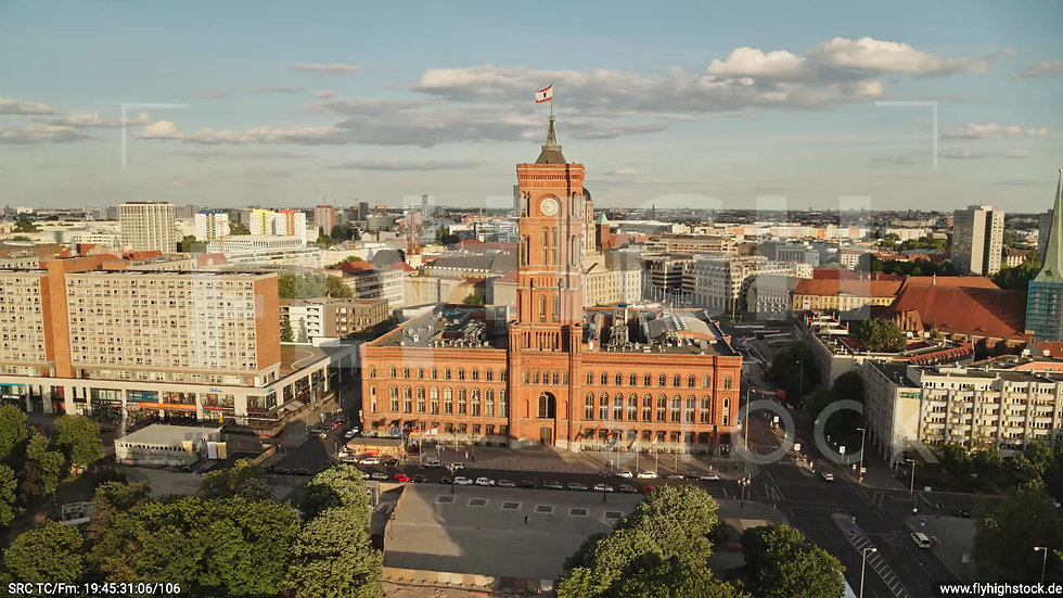 Berlin Neptunbrunnen Rotes Rathaus tiefer Parallelflug abends D042_C009