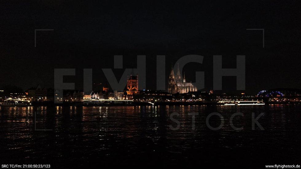 Köln Kennedy-Ufer Skyline tiefer Zuflug abends
