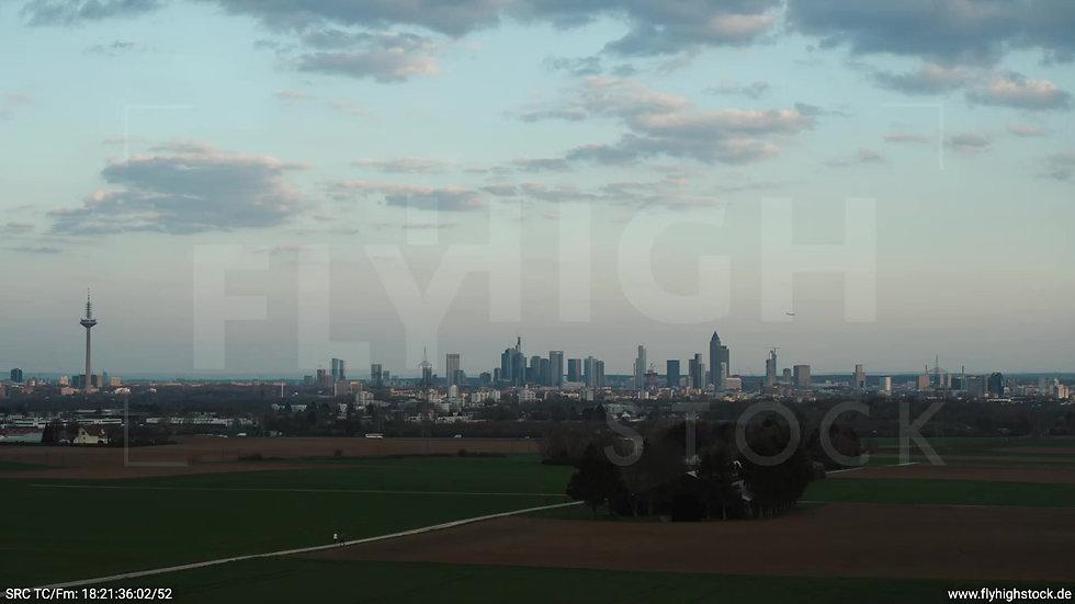 Frankfurt Skyline tiefer Rückflug abends 2