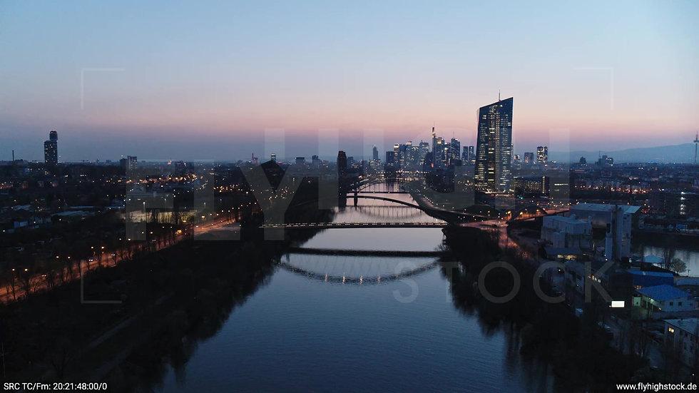 Frankfurt Osthafenbrücke Zuflug Skyline abends 13