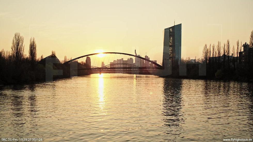 Frankfurt Osthafenbrücke Zuflug nach oben Skyline abends 2