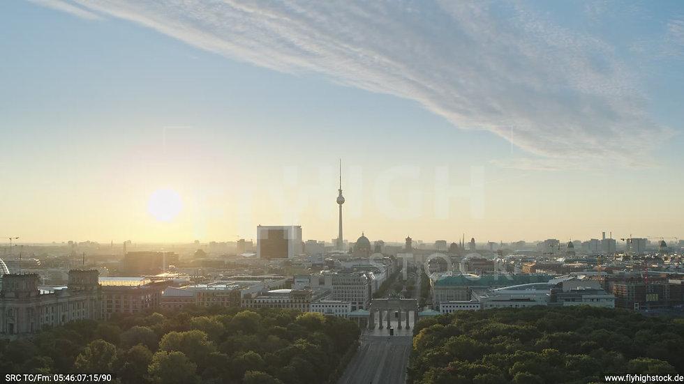 Berlin Tiergarten Brandenburger Tor Zuflug nach unten morgens D029_C016