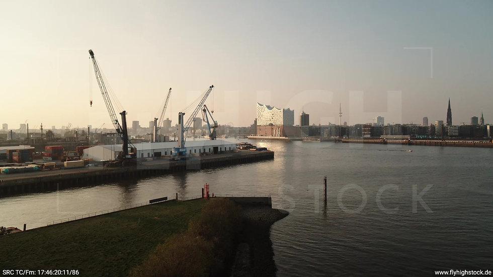 Hamburg Südwesthafen tiefer Zuflug Elbphilharmonie abends