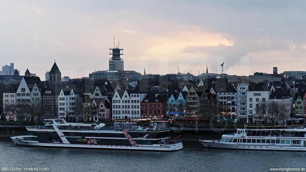 Köln Kennedy-Ufer Skyline Zuflug nach oben abends
