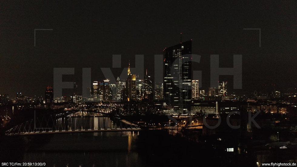 Frankfurt Osthafenbrücke Parallelflug Skyline nachts 2