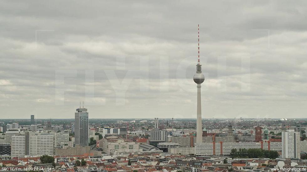 Berlin Volkspark am Weinberg Alexanderplatz Skyline Parallelflug tagsüber 2