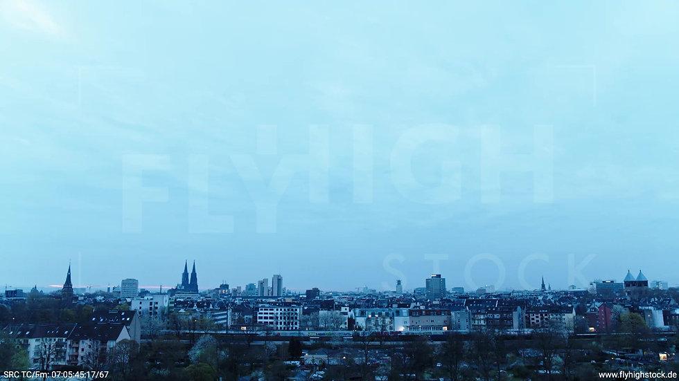 Köln Innerer Grüngürtel Dom Skyline Zuflug nach oben morgens 3