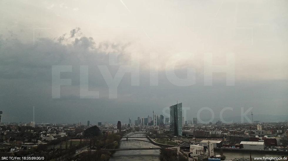 Frankfurt Osthafenbrücke Zuflug Skyline tagsüber 11