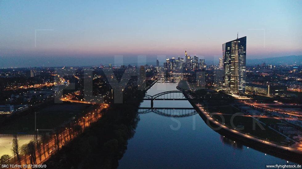 Frankfurt Osthafenbrücke Rückflug Skyline abends 11