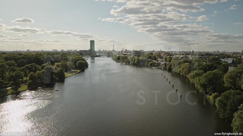 Berlin Treptower Park Skyline Zuflug nach oben tagsüber