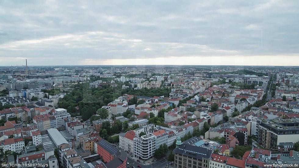 Berlin Volkspark am Weinberg Skyline Zuflug abends