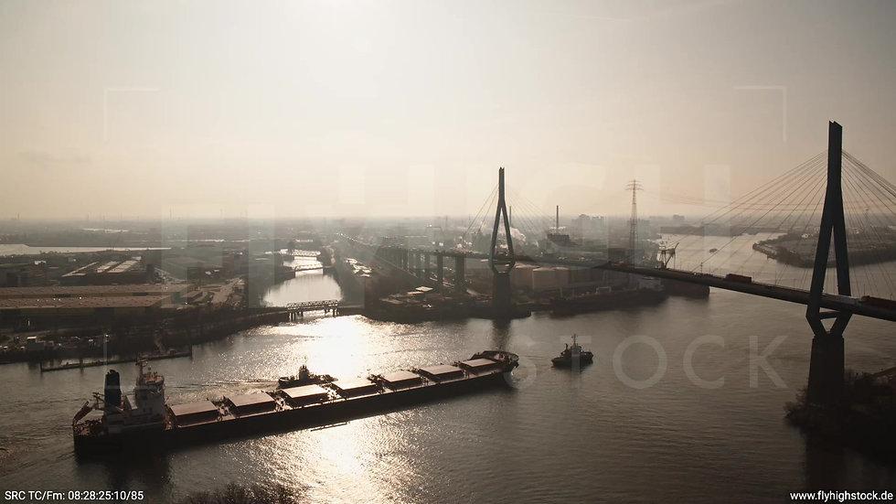 Hamburg Hafen Köhlbrandbrücke Tanker morgens
