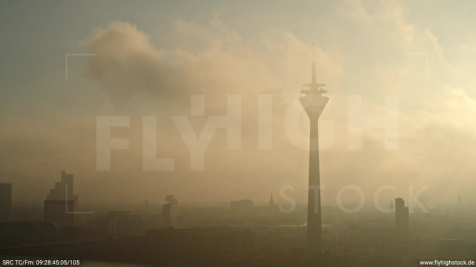 Düsseldorf Rheinturm Skyline Parallelflug morgens F003_C003