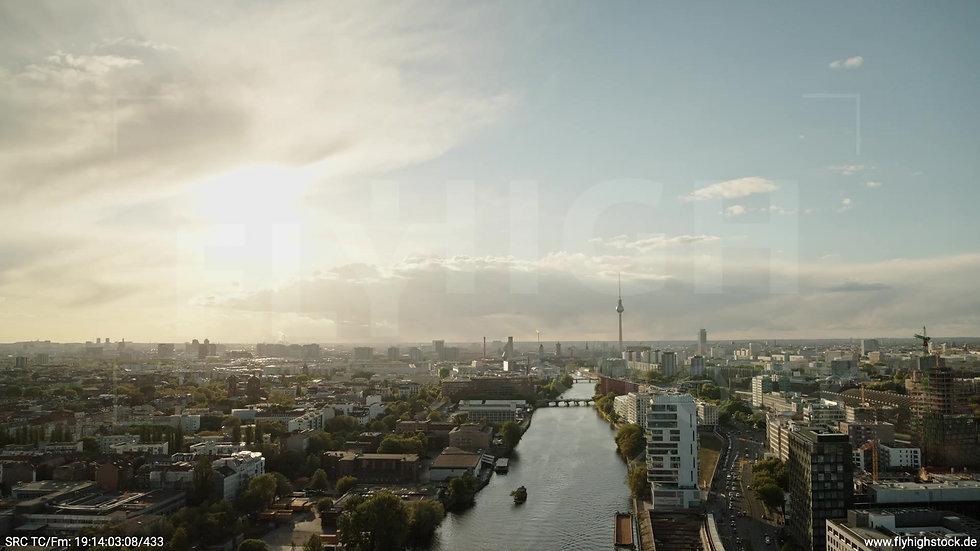 Berlin East Side Gallery Skyline Zuflug abends