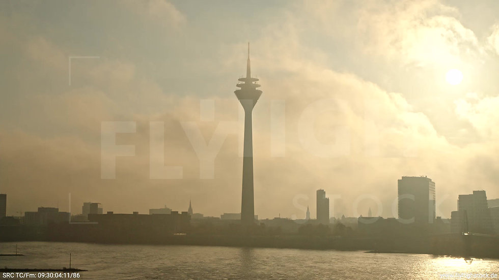 Düsseldorf Rheinturm Skyline tiefer Parallelflug morgens F003_C004