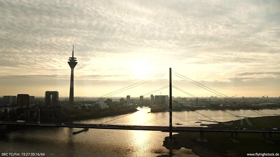 Düsseldorf Rheinkniebrücke Skyline tiefer Rückflug abends F008_C004