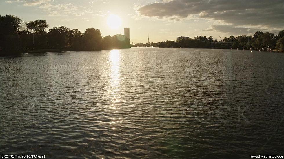Berlin Treptower Park Skyline Aufzieher abends