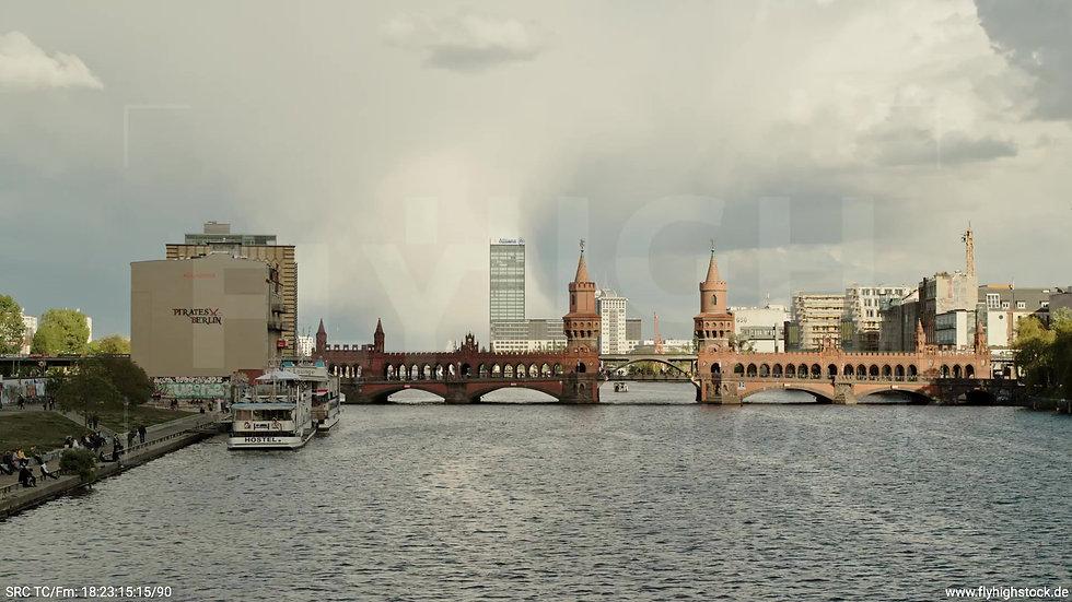 Berlin East Side Gallery Allianz Skyline Zuflug nach oben tagsüber