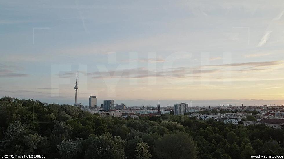 Berlin Volkspark Friedrichshain Alexanderplatz Skyline tiefer Zuflug abends