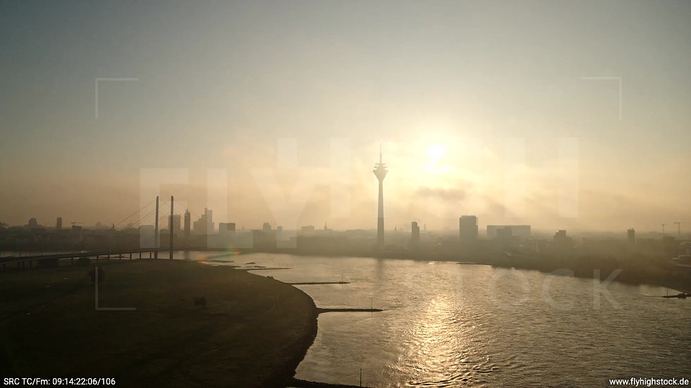 Düsseldorf Rheinturm Skyline Zuflug morgens F002_C016