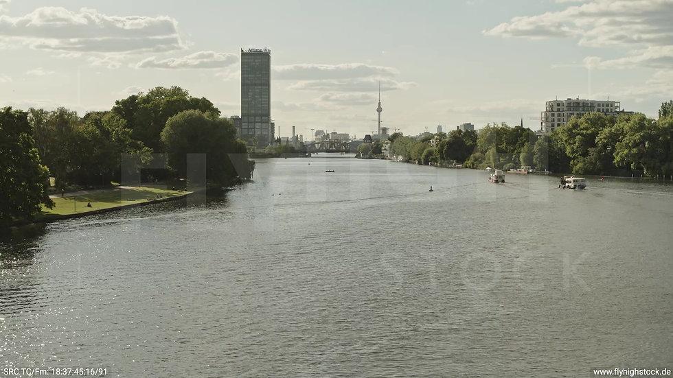 Berlin Treptower Park Skyline Zuflug nach oben tagsüber 4