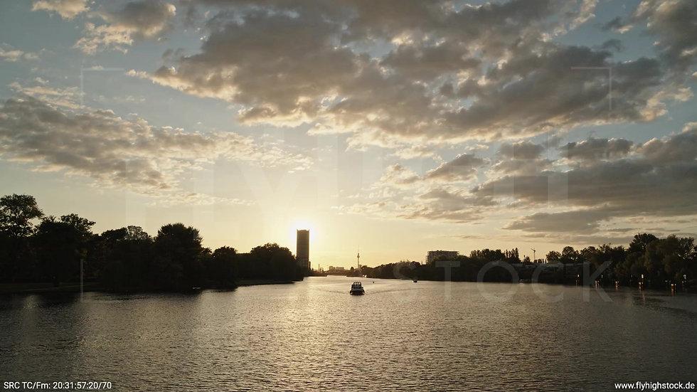 Berlin Treptower Park Skyline Hub abends