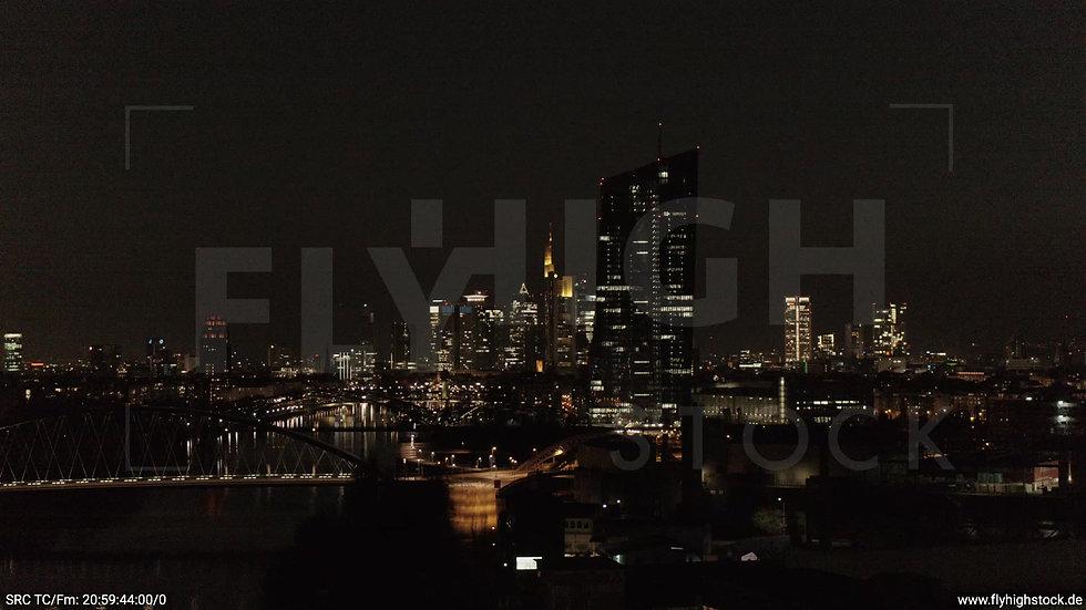 Frankfurt Osthafenbrücke Parallelflug Skyline nachts 3