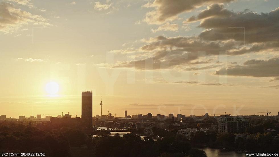 Berlin Treptower Park Skyline Parallelflug abends