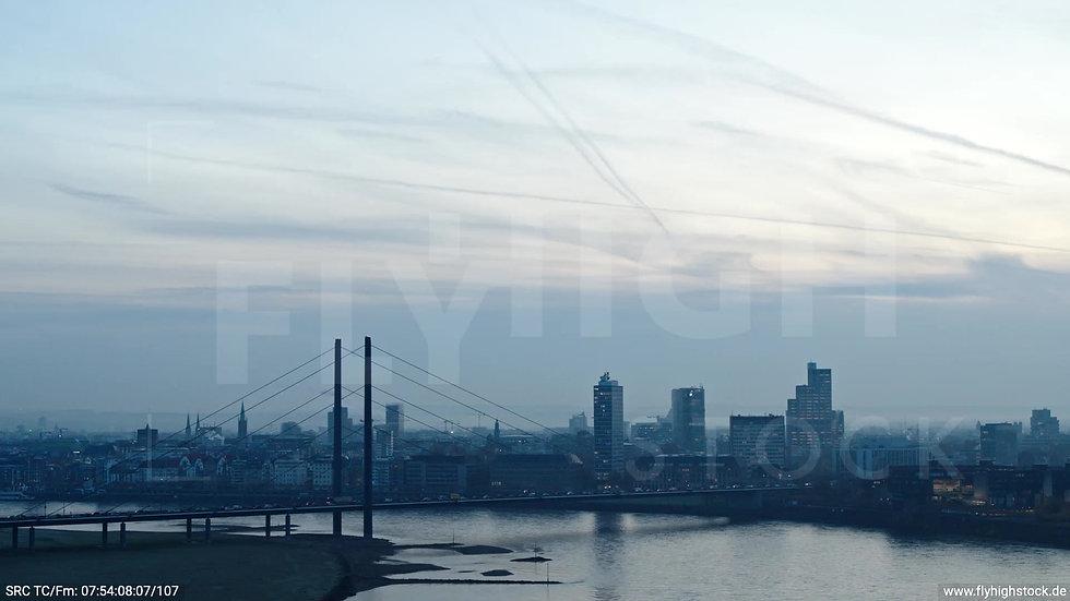 Düsseldorf Rheinturm Skyline Parallelflug morgens F004_C013