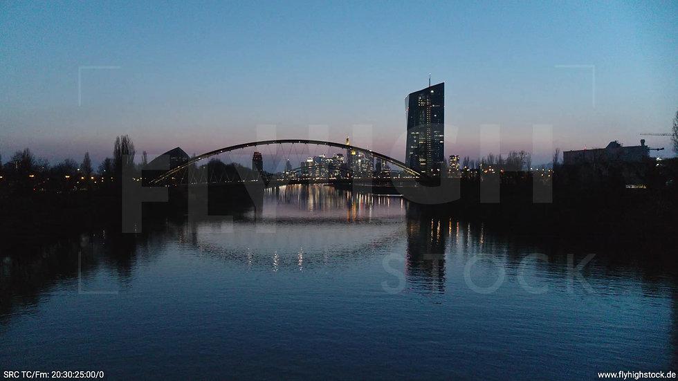 Frankfurt Osthafenbrücke Hub Skyline abends 14