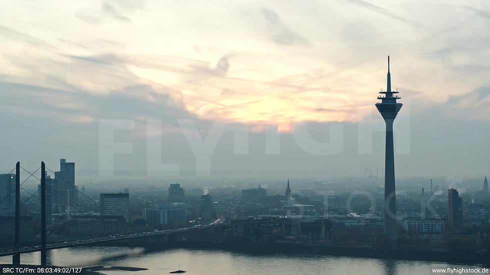 Düsseldorf Rheinturm Skyline Zuflug morgens F004_C015