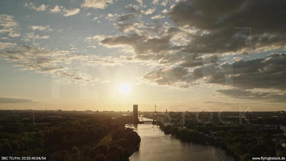 Berlin Treptower Park Skyline Zuflug abends