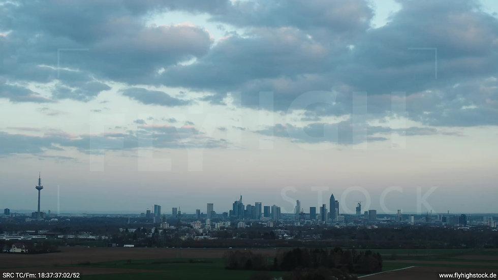 Frankfurt Skyline Hub abends